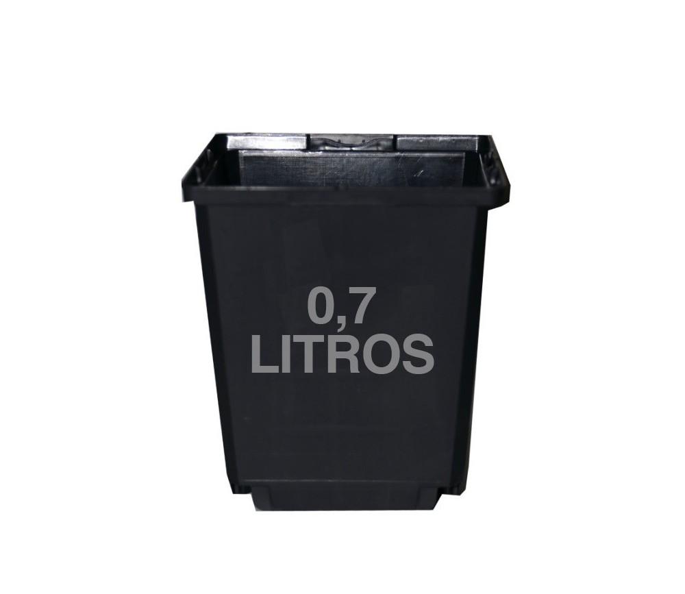 Maceta cuadrada negra de plástico duro  11x11x12cm
